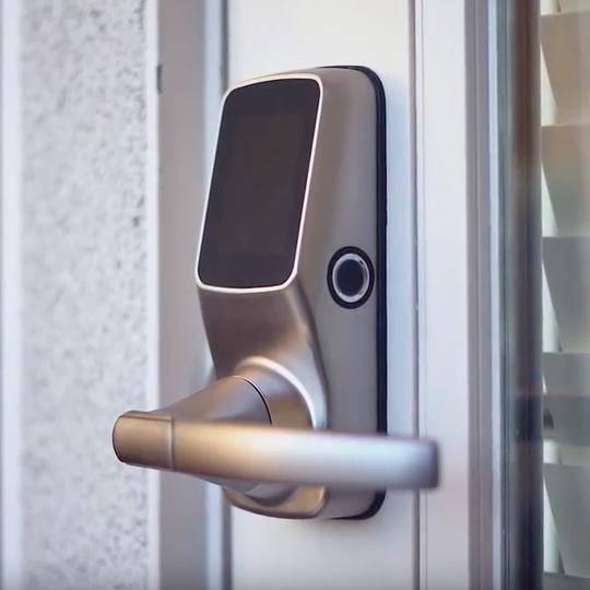 รูปด้านข้าง ของ lockly digital door lock ที่เห็น ปุ่มแสกนลายนิ้วมือ finger scan